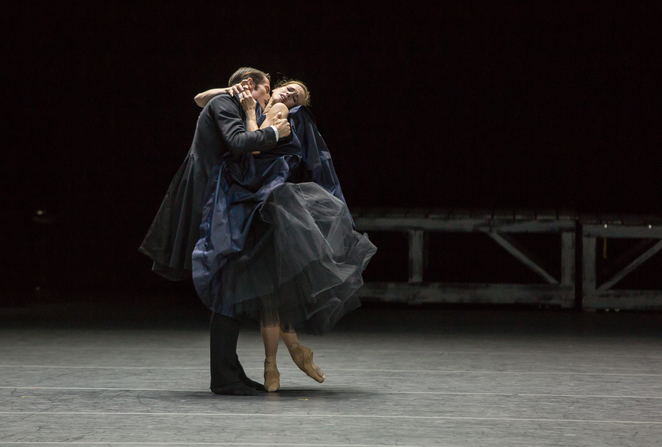 Alexej Karenin: Alexander Jones, Anna Katerina: Katja Wünsche. Photo: Gregory Batardon